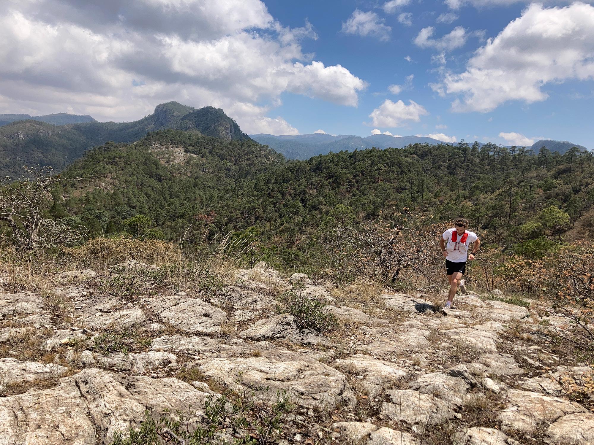 Corriendo por uno de los puntos más altos de la ruta de Tepec Trail